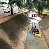 Projeto 'Cubatour' oferece passeios gratuitos de Banana Boat pelo córrego Cubatão; Confira