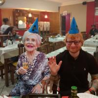 Ed Sheeran comemora aniversário de 28 anos em pizzaria de Franca